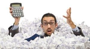 człowiek w stercie papierów