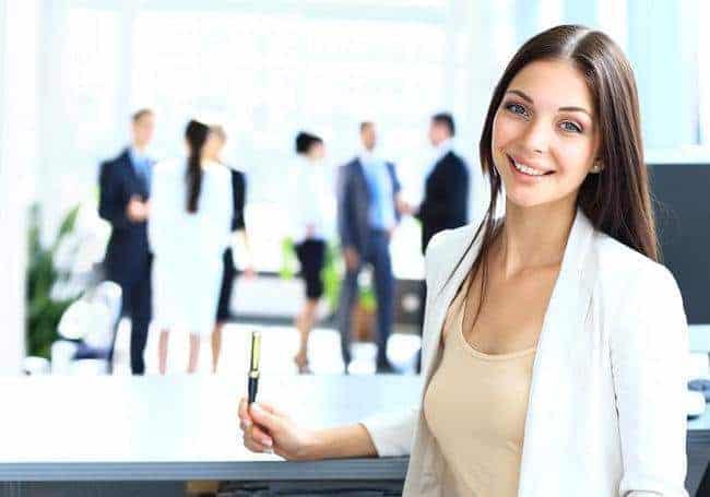 kobieta trzyma długopis w ręku