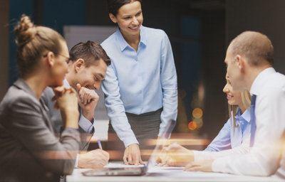 zebranie biznesowe przy stole