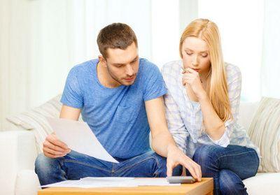 Młody mężczyzna i kobieta przy dokumentach