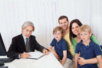 rodzina z dwójką dzieci i doradca finansowy