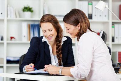 dwie kobiety w rozmowie biznesowej