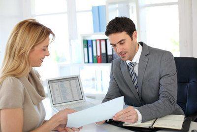 doradza pokazuje kobiecie dokument