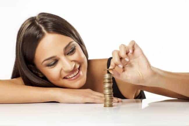 kobieta układa monety