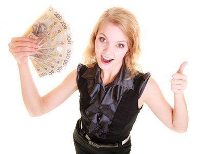 zadowolona kobieta trzyma w ręce plik banknotów 200 zł