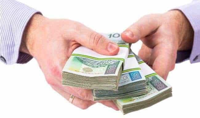 pliki banknotów w dłoniach