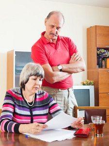 emeryci czytają dokument