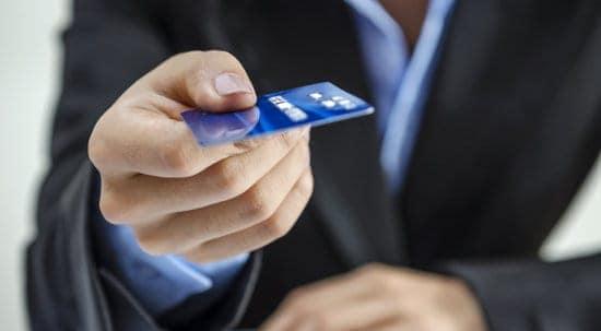 karta kredytowa w dłoni