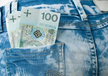 pieniądze w  tylnej kieszeni spodni