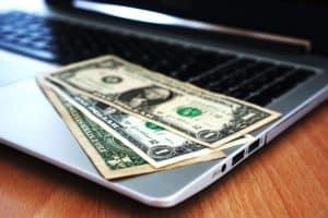 pieniądze na laptopie