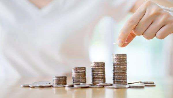 układanie monet na stosy