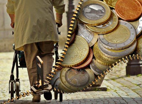 stary człowiek i monety