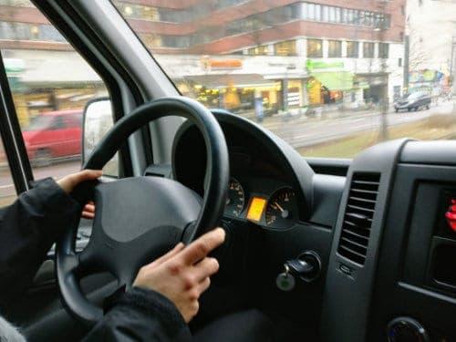 Mężczyzna kieruje pojazdem
