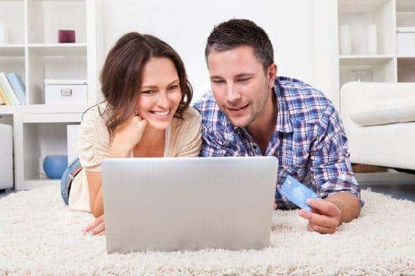 kobieta i meżczyzna przy laptopie