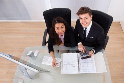 kobieta i meżczyzna przy biurku
