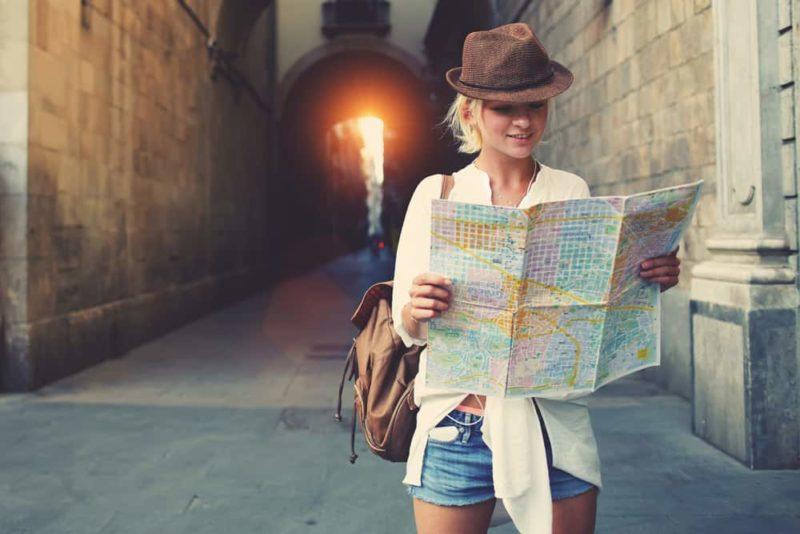 kobieta w kapeluszu patrzy na mapę