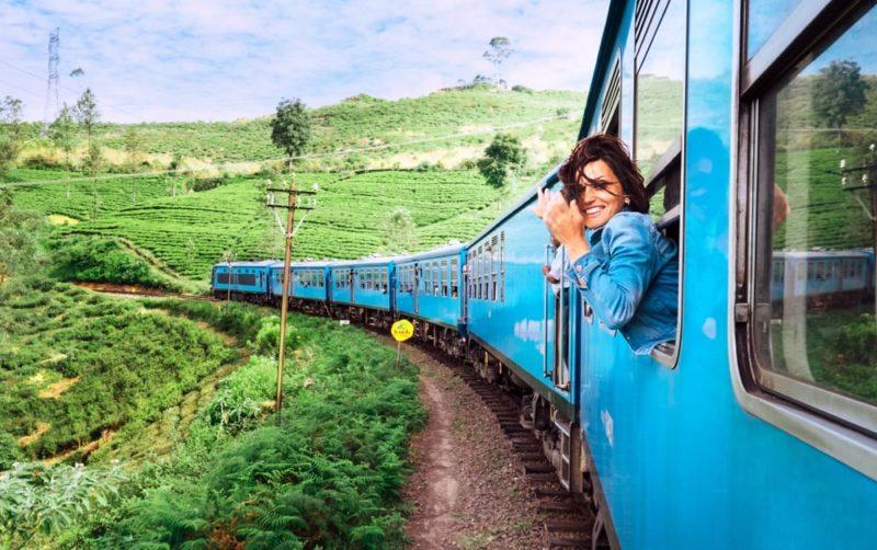 kobieta wystawia głowę z okna pociągu